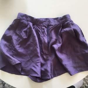 Jättefina vintage shorts från Emporio Armani. Köpta på humana. Lediga runt benen men ganska liten i midjan. Passar nog XS/liten S