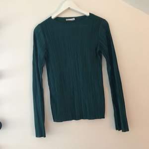 Jätte fin blus från nelly men som tyvärr aldrig kommer till användning. Något tajtare tröja med vidare ärmar. Kan mötas upp i Stockholm eller så står köparen för frakten.