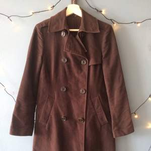 GAP double-breasted women's trench coat, size small, dark brown, great condition! The pic came out funny, but the fabric is in great condition with no discoloration (happy to attach extra pics to potential buyers). Only been dry cleaned, sleeves are double seemed so they can be let out for longer arms! Model no longer sold by Gap, bought at roughly 1,500 SEK. The only thing is that it no longer has a fabric belt to go with it - looks good without or with substitutes. Happy to give more info, discuss shipping and payment, etc.