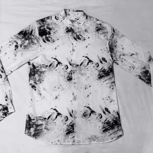 Skjorta i Bomull med mönster infärgad i tyget, sitter mer slim och är helt oanvänd