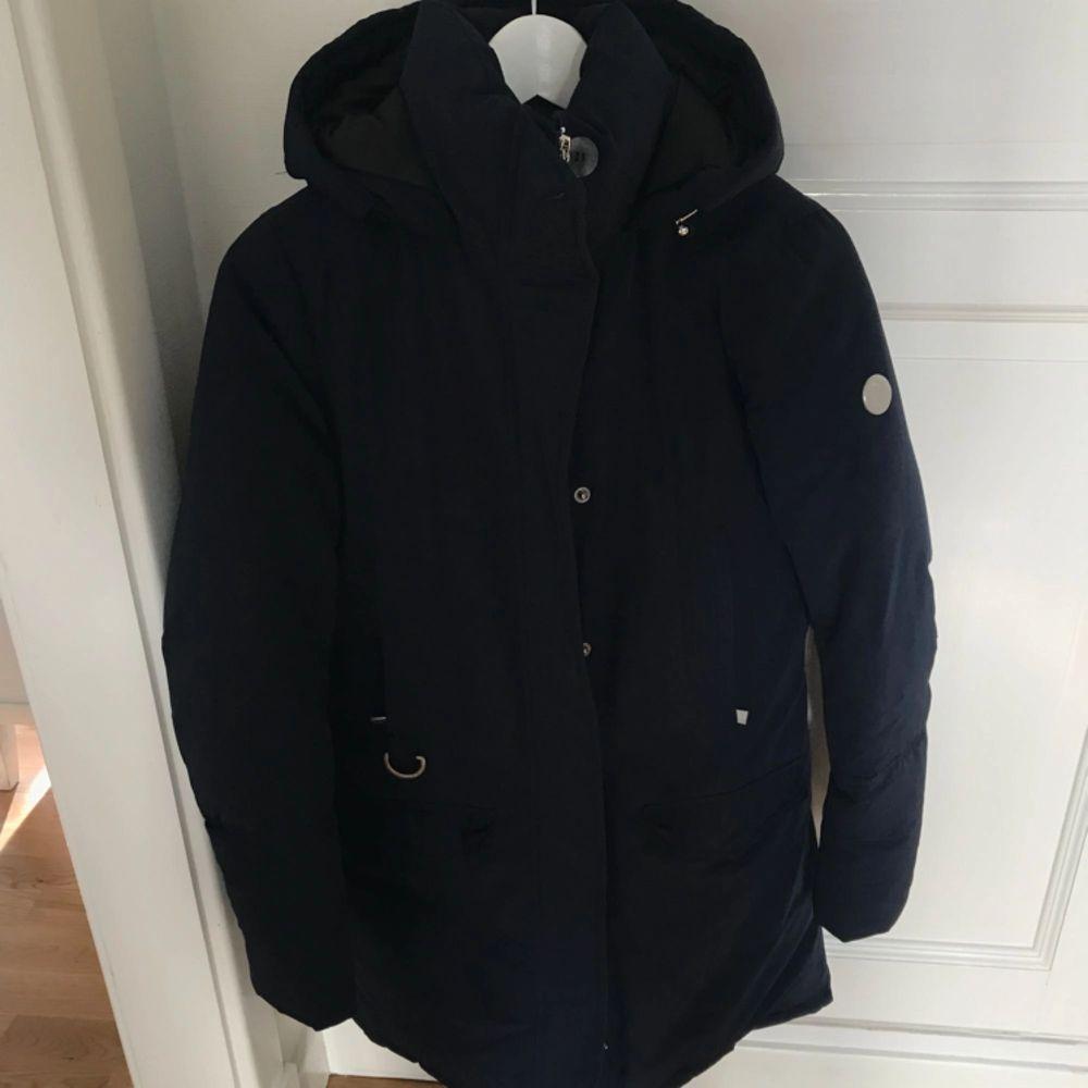 Nyskick använd en halvt vinter. Mörkblå väldigt varm på kalla vinterdagar. Dun i vilket håller värmen bra. Från märket Snoot köptes på Best of brand i Göteborg.   . Jackor.