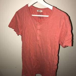 Orange/röd T-shirt från Dobber. Skrynklig på bilden men det går bort efter en tvätt eller strykning:). Hör av dig om du undrar något, priset är förhandlingsbart!