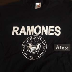 Ramones tshirt Använd ett fåtal gånger Priset är ej satt i sten. Möjlighet för meetup i Stockholm och kan skickas på köparens bekostnad. Om mer bilder önskas, skicka ett PM :)