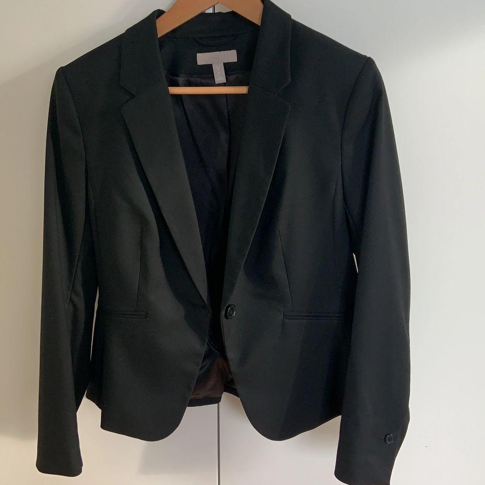 Aldrig använd svart kavaj från hm! Storlek 40 men skulle nog även passa en 38.. Kostymer.