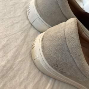 Välanvända sneakers från Dasia som aldrig kommer till användning längre. Slitningar där fram men absolut inget man tänker på när man anvönder dom. Orginalpriset är 899kr och jag säljer dom för 200kr med tanke på alla slitningar☺️💖🤍 frakt tillkommer!