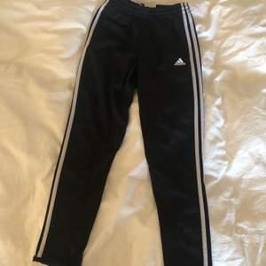 detta är ett par adidas byxor som man kan använda att träna i eller bara ha som mysbyxor! 💖 de har använts en del men är fortfarande i väldigt bra skick!! i storlek 140. skickar mot en fraktkostnad