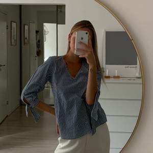 Helt oanvänd randig skjorta från H&m i storlek small - väldigt somrig🥰 Frakt tillkommer ✨