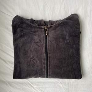 En svart/brun tröja med luva från Cubus. Haft i några år och därav är dragkedjan lite rostig som syns på första bilden.