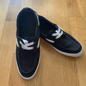 En svart balerin skor för herr fint skick använd fåtal ggr men fel fritt inget hål eller något användbar, skicka gärna pm om det ngt ni undrar över👟🌸