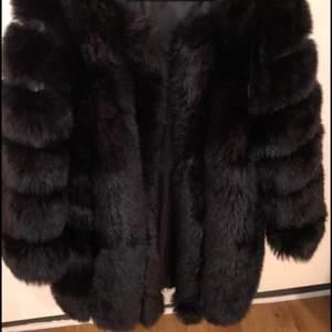 Säljer en helt ny fejk päls jacka från born in Stockholm buda i kommentarsfältet