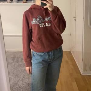 As snygg vinröd hoodie med coolt tryck! Sitter väldigt fint och är jätteskön😊säljer så jah inte andvänder den så mycket tyvärr💕