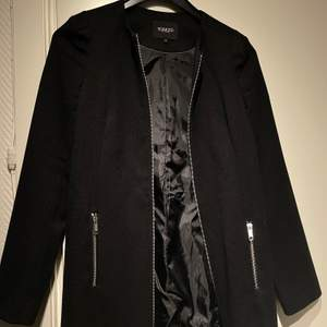 Så fin kappa i bra kvalite från soaked. den är helt rak och passar bra på våren eller sensommaren. Frakt 60kr