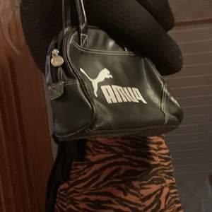 💗 Fin puma väska i mycket bra skick, inga böjningar i lädret eller skav på handtag. Uppskattad storlek 25 x 18 cm. Kan fraktas för 60 kr eller mötas i slussen💗
