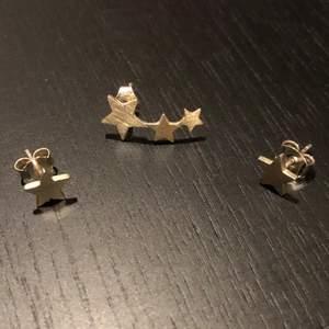 Tre stycket Jane koenig örhängen använda få tal gånger, där av säljer jag dom!  Alla är äkta silver (925) och nyligen tvättade och  putsade med silver tvätt.   Nu pris för row of stars 370kr och de enkla 225kr st. Säljer alla tre för 600kr!