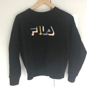söt fila tröja med pastell text! köpt i london på urban outfitters för ett tag sedan💕 kommer inte till användning längre