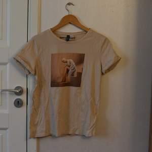 Beige-aktig T-shirt köpt på hm för 100-150 kr. Säljer pga inte min stil, och används därför inte. Frakten ingår i priset så passa på nu!!! Skriv om du är intresserad. 50 kr sammanlagt