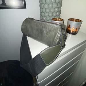 Säljer denna skit snygga väskan i en unik form med av tag bara band o justerbara!!! Väskan är i nytt skikt, snygg grön färg🥦🍐💚  rymmer mycket och har två fack inuti!! Nypris 499 säljer för 250kr