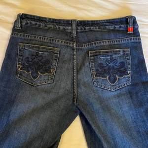 Skitsnygga esprit jeans med coola detaljer på fickorna, köpta secondhand. För korta i benen för min smak (jag är 168 cm), därför säljer jag. Aldrig använda av mig. Lite stora i midjan på mig som har ca W28, så gissar på W29 eller W30.