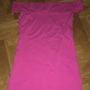 Fin klänning med tajt passform, endast använd en gång på 80 tals fest. Mer bilder finns vid intresse :)