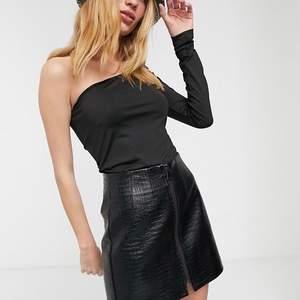 Långärmad oneshoulder tröja från Weekday i storlek 34/XS. Den är stretchig så skulle passa storlek 32-38 (XXS-M). Frakt ingår inte.