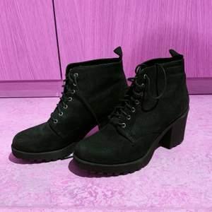 Högklackade varma kängor/skor som funkar perfekt till hösten. 🍁 De är fluffiga på insidan. Säljer pga att jag inte kan gå i högklackat lmao. Köpare står för frakt! Möts ej pga covid❤️ rengörs innan de skickas!! Skriv för mer info! FRAKT INGÅR I PRISET 📦