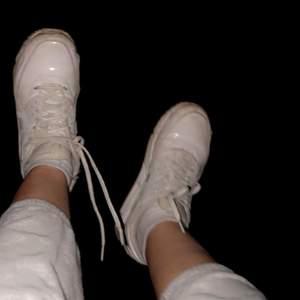 AIR MAX Nike skor i bra skick! I sulan så är det typ gumy. Man höjs upp lite max 1,5cm med sulan. ( tvättar dom innan dom skickas så dom ser ut som nya!!). Frakt tillkommer🚚 ( vid snabbt afärr så kan priset sänkas)😊