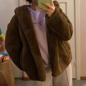 Hej!! Säljer denna bruna, jätte fina jacka som jag köpte från zara förra året. Perfekt nu till hösten. Ganska använd men forfarande i bra skick skulle jag nog säga. Säljer för totalt 200 kr inklusive frakt men pris kan diskuteras ✨👍🏽