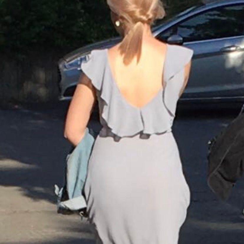 Skit snygg bal klänning. Använd endast en gång & är i väldigt bra skick. Den är ifrån nelly och är blå/grå. Frakt tillkommer. Klänningar.