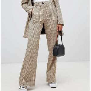 Kavaj & matchande raka byxor från Bershka. Nypris byxa: 275kr och kavaj/kappa: 685, säljer då jag inte använder längre :( sista bilden är på mig, är 172cm lång