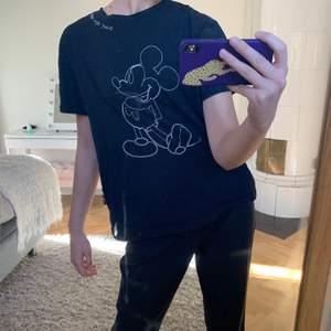 Super cool mussepigg T-shirt! Marinblå med Musse tryck med sydda sömmar. Storlek M 🐵🙈🙉🙊
