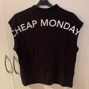 Snygg t-shirt med korta ärmar. Från cheap monday med trycket på ryggen!! ⚡️Anvämd en gång.