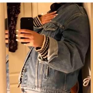 Säljer min Levis jeansjacka som är köpt här på plick (bilderna är lånade från tjejen jag köpte av) jättefint skick och supersnygg som oversized! Köpare står för eventuell frakt💕