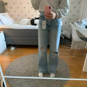Säljer ett par skitsnygga jeans ifrån zara i storlek 34. Andra bilden är lånad. Aldrig använda, prislapp sitter kvar. Sitter skitsnyggt på och är långa i modellen. Avklippta i modellen så funkar lika bra för korta personer då man kan klippa.