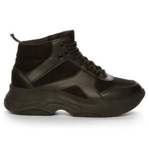 As snygga höga skor från attitude i storlek 38. Bara använts fåtal gånger så i jätte bra skick! Köptes för 600 säljer för 100+frakt❤️🤩🥺💕💫😩🤎