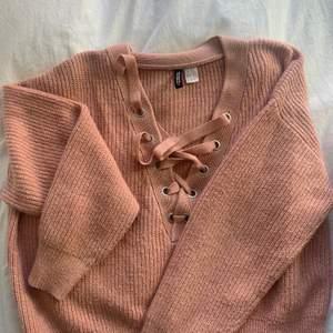 Stickad tröja i en gamelrosa färg med knytning från HM i strl S. Fint skick utan defekter. Köparen står för frakt. Pris kan diskuteras😇