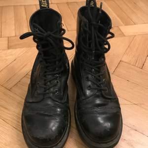 Svarta Dr.Martens! Storlek 37. Dessa är sådär spruckna och slitna dessa kängor kan bli i lädret med tiden och ett par öljetter är lösa, men tycker de har kvar att ge & jag var mycket nöjd med dem hela förra vintern! Litet hål där bak (se bild). Får ge plats för nya skor, och säljes billigt.  Kan skickas mot fraktkostnad eller mötas upp runt Stockholm/Södermalm! ✨🌸✨