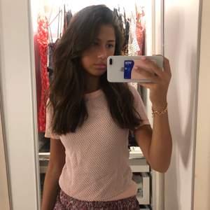 Super fin stickad t Shirt från zara som är i en fin rosa färg. Storleken på tröjan är S