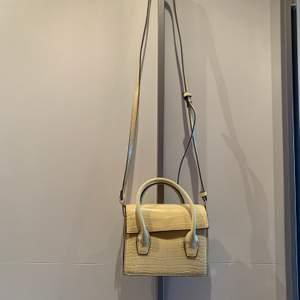 Super fin väska från Mango. Kan användas på 2 sätt. 1- Crossbody eller 2- Som en beltbag. Helt ny & oanvänd