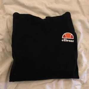 Kollar intresset på min svarta ellesse hoodie. Buda och skriv gärna privat om fler är intresserade😊💞 nypris: ca 550kr, köparen står för frakten. Bud ligger på 200