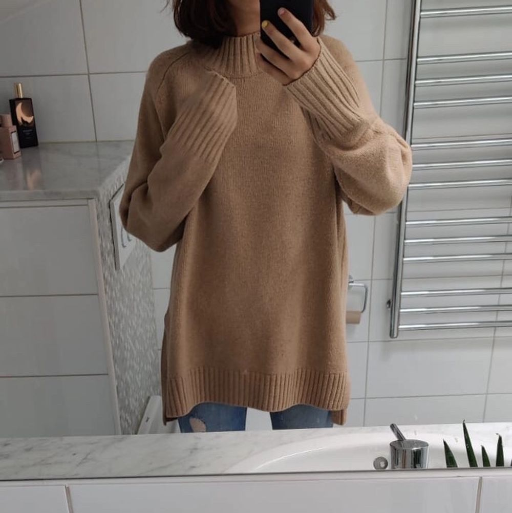 En längre beige stickad tröja från Ralp Lauren som är superfin och värmer bra till de kalla höstdagarna. Oanvänd och därför i nyskick. 🍁❤️. Stickat.