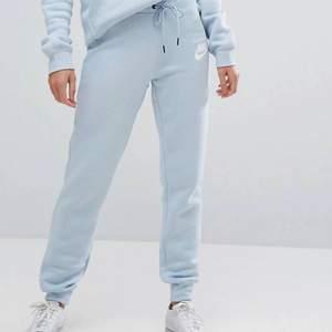 Ljusblå mjukisbyxor från Nike. Använda men fortfarande i fint skick! Storlek XS. Köparen står för frakt! Nypris ca 400kr Har ni några frågor är det bara att höra av sig!