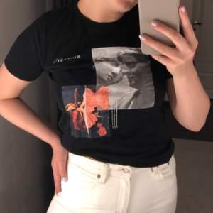 En T-shirt med super fint tryck ifrån Gina i strl S. Nästan helt oanvänd, använd ungefär 3/4 gånger. Nypris 200kr mitt pris 75kr. Frakt tillkommer i priset☺️