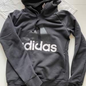 En svart adidas hoodie i storlek xs, bara att höra av sig vid yttligare frågor💖