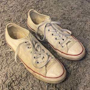 Vita low top Converse i 39,5. Lite smutsiga, som tygskor lätt blir, men inga defekter. Brukar gå att tvätta i maskin och kan tänka att det hjälper.