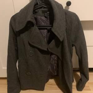 Kort kappa stl 34, betalning sker via swish och köpare står för ev frakt!