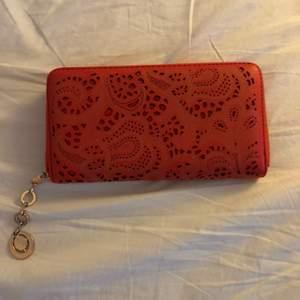 Större röd plånbok med gulddetaljer