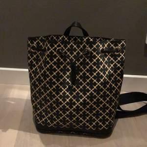 Hej! Jag undrar om någon är intresserad av min By Marlene Birger ryggsäck. Den är bra skick och aldrig använd. Jag säljer den för att jag har fått den av en vd på Marlene Birger, men fick aldrig användning för den så undrar om någon Anna möjligtsvis får det💗💗