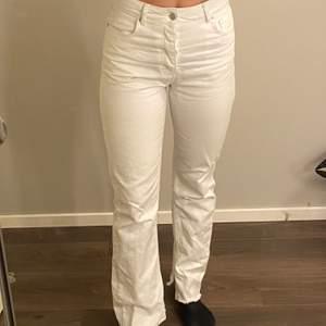 Slutsålda vita jeans ifrån Hanna Schönberg kollektion tillsammans med NAKD, i storlek 36. Köptes för 549kr! (köpare står för frakten)