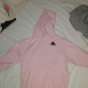 Säljer min kära rosa kappa hoodie! Så mysig och fin färg i strl x-small, inte så oversize, så om man gillar lite tajtare så passar denna perfekt! Nypris ca 600 kr om jag minns rätt.
