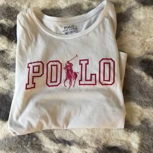 Detta är en super fin tröja från Ralph Lauren! Stl.M i barnstorlek (8-10) 140/76 mitt pris:55kr